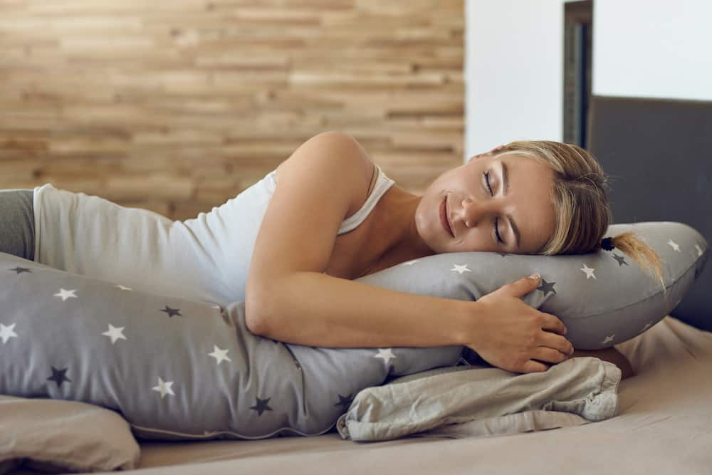 how to sleep with a pregnancy pillow